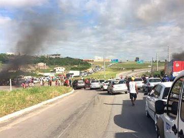 Grupos queimam pneus e fecham trechos das BRs 101, 230 e 412, na Paraíba