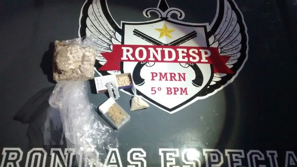 PM recupera veículo roubado, apreende arma de fogo e drogas durante barreiras na zona Sul de Natal