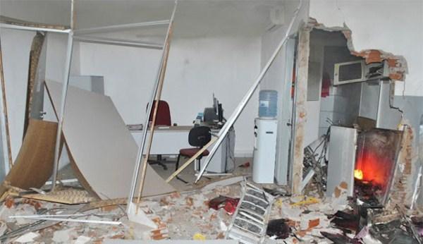 Quadrilha explode caixa de banco e atira em carro da PM no interior do RN
