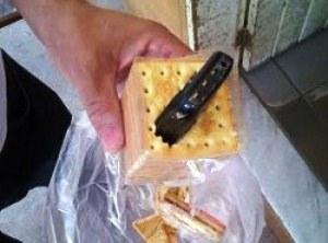 Celular foi encontrado dentro de pacote de bolachas no presídio de Caicó