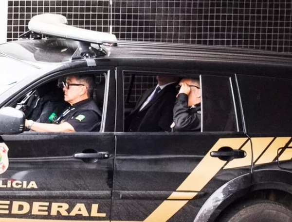 O presidente da Camargo Corrêa, Dalton Avancini, deixa a sede da Polícia Federal em Curitiba (Foto: Paulo Lisboa / Brazil Photo Press / Ag. O Globo)