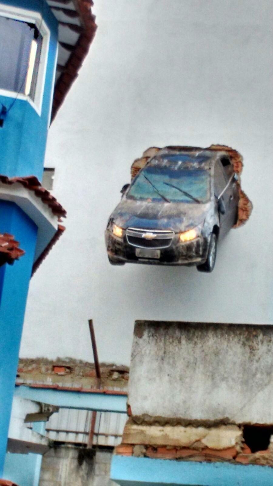 Motorista acelera em garagem e carro fica pendurado, em Colatina