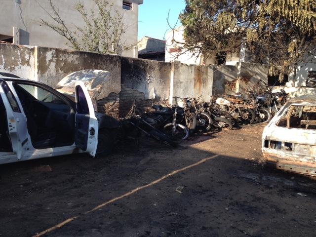 SALVE-SE QUEM PUDER: Veículos são incendiados no pátio da Delegacia de Upanema
