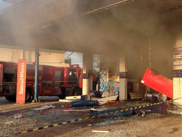 Bombeiros foram acionados para conter as chamas na farmácia (Foto: Walter Paparazzo/G1)