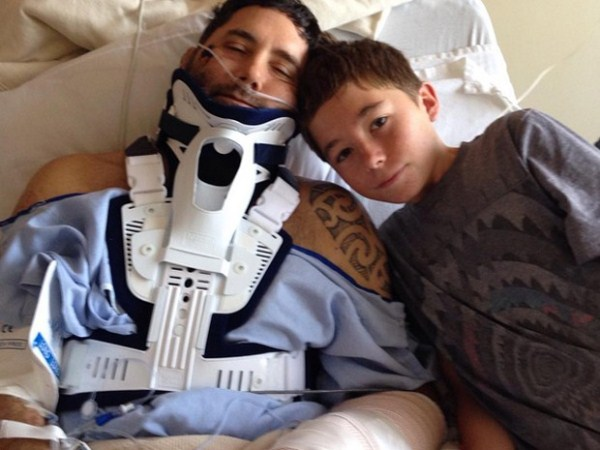 Charlie, ao lado do pai, David Finlayson, no hospital (Foto: Reprodução/Instagram/Katie Wilstead)