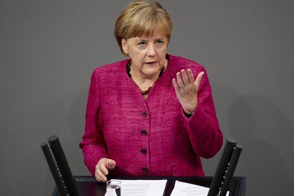 Merkel reiterou seu pedido aos parceiros europeus para trabalhar juntos para encontrar uma solução para a crise