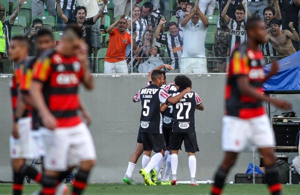 Atlético-MG goleia Flamengo e segue na cola do líder