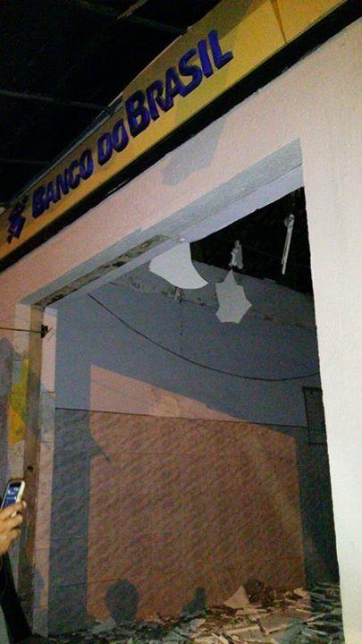 A agência ficou parcialmente destruída.