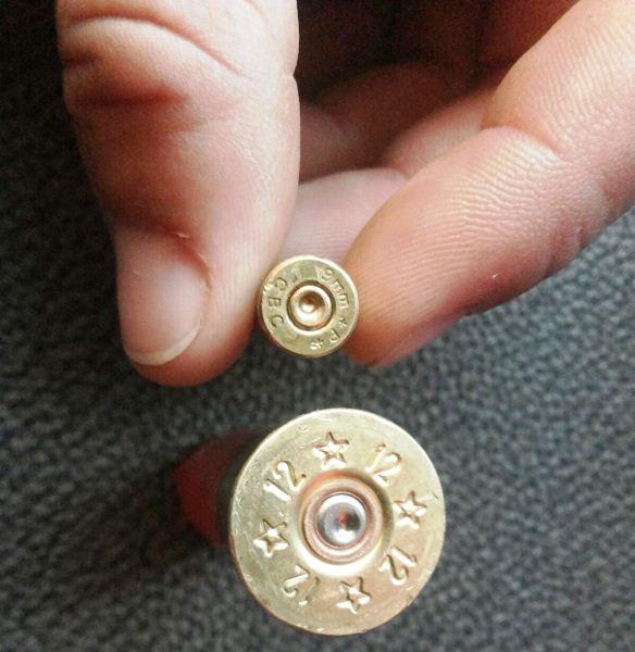 Projéteis de vários calibres foram encontrados no local.