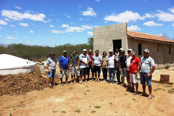 Prefeito Vilton Cunha visita comunidade rural beneficiada com chafariz e cisternas