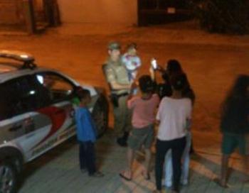 DESUMANO: Mãe é presa em flagrante ao tentar trocar filho de 1 ano por drogas