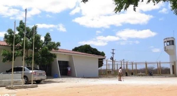 Presos ficam até três dias dentro de viaturas por falta de vagas na cadeia na região Oeste
