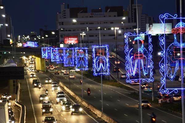 Luzes decorativas do Natal são acesas