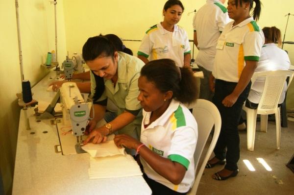 Prefeitura e SENAI estão qualificando 20 pessoas no curso de costureiro industrial