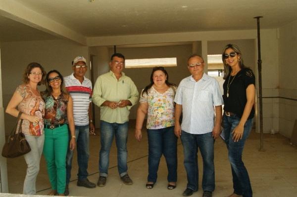 Prefeito Vilton Cunha e secretários visitam obras do Teatro, UBS's e Quadra Esportiva