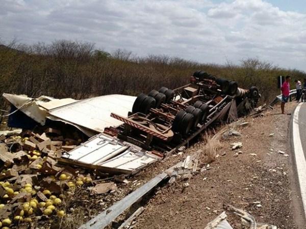 Carreta carregada de melão tomba e motorista morre na BR-405, no RN