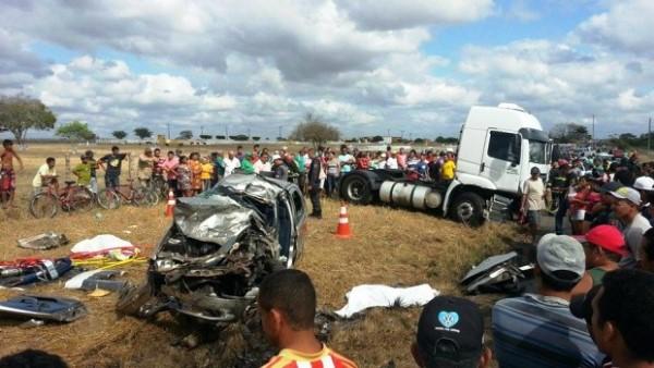 Acidente envolvendo carreta mata duas pessoas em Santo Antônio, RN