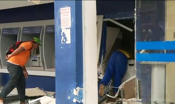 Pessoas pegam dinheiro após explosão de caixas eletrônicos (Foto: Reprodução/TV Globo)
