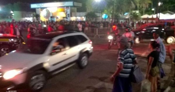Manifestantes fecham a BR 101 em protesto contra a interdição da Festa do Boi 2015