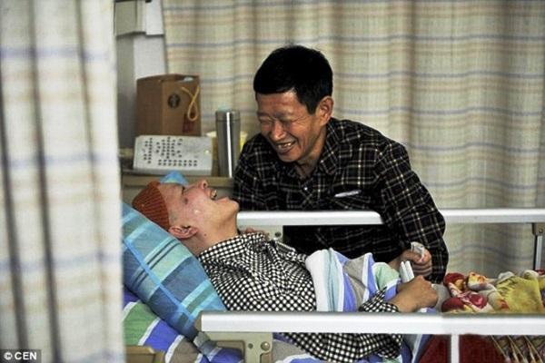 Pai passa dez anos cuidando de filha em coma e menina acorda