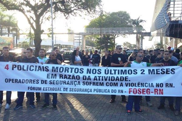De acordo com os manifestantes, quatro policiais morreram nos últimos dois meses.