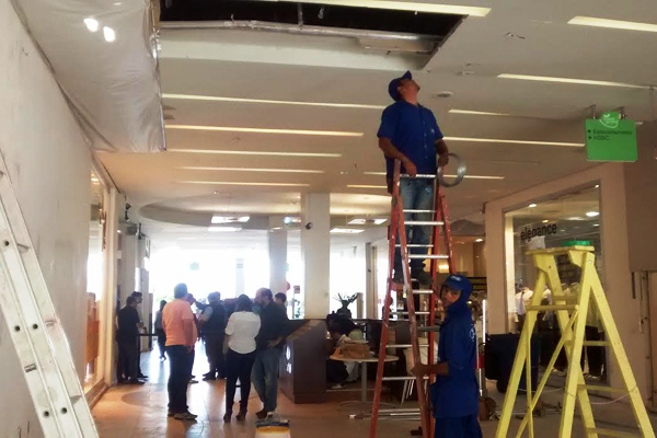 Funcionários fazem reparos no teto do shopping Cidade Jardim após explosão de caixa eletrônico, ocorrida na madrugada de hoje.