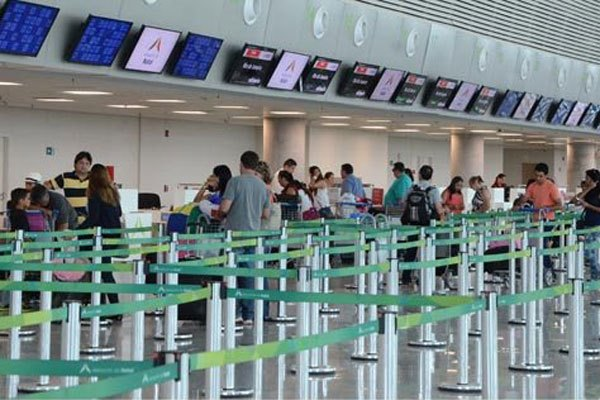 Terminal de passageiros no aeroporto: Alta do dólar tem pesado.