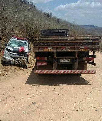 Batida entre caminhão e viatura.
