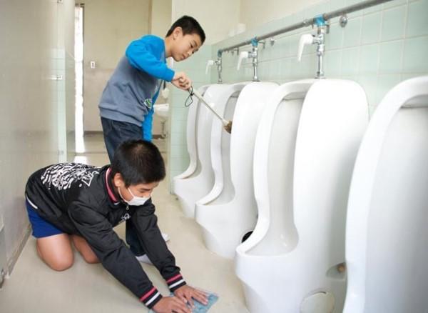 Se a moda pega: No Japão, alunos limpam até banheiro da escola para aprender a valorizar patrimônio