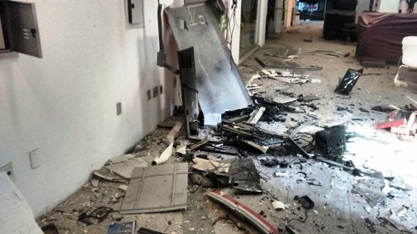 Caixa do Bradesco no shopping Cidade Jardim ficou completamente destruído devido a ação dos criminosos.