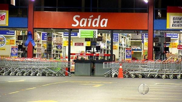Supermercado alvo dos criminosos fica às margens da BR-101, no bairro de Emaús (Foto: Reprodução/Inter TV Cabugi)
