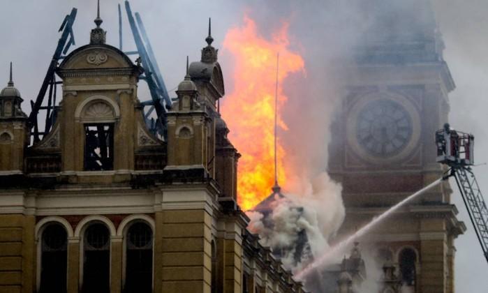 Um bombeiro morreu no incêndio no Museu com exposição de Câmara cascudo em SP