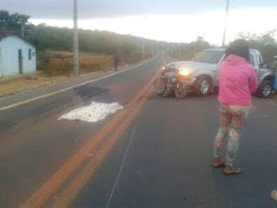 Corpo da vítima ficou estendido no meio do asfalto (Imagem compartilhada no WhatsApp).