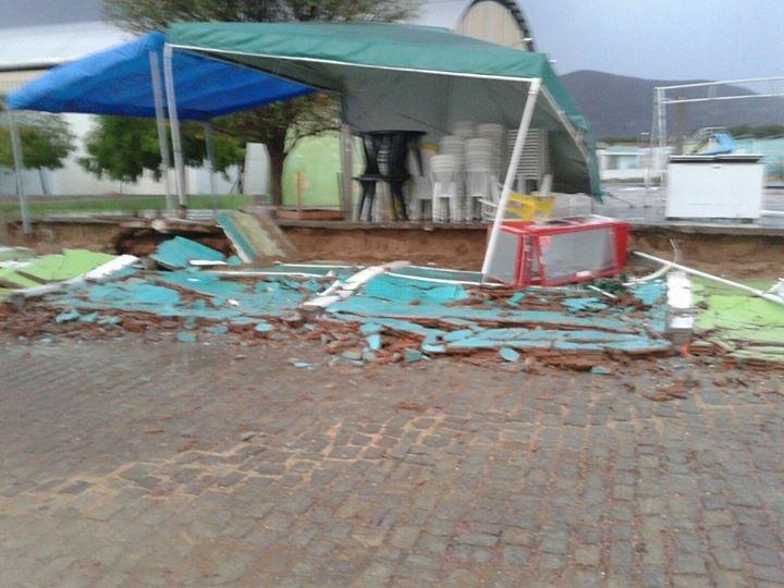 Muro do Balneário municipal caiu.
