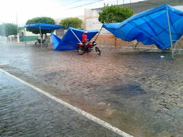Com os fortes ventos, tendas foram arremessadas.