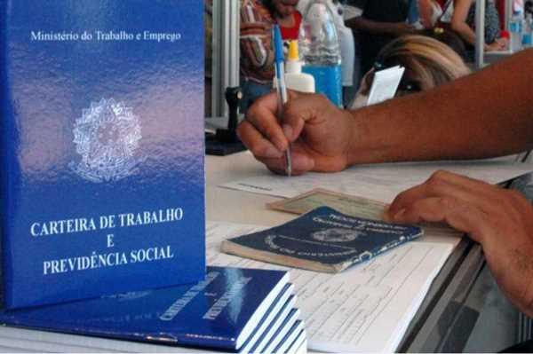 Emprego com carteira recua 4,6% ante novembro de 2014, revela IBGE