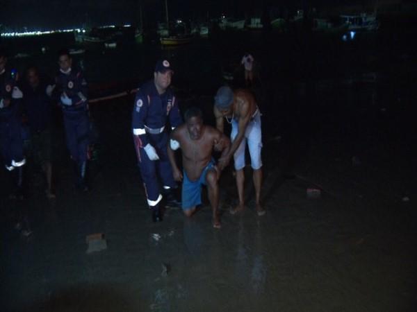 Samu e moradores ajudam a socorrer náufrago na chegada ao porto (Foto: TV Diário/Reprodução)