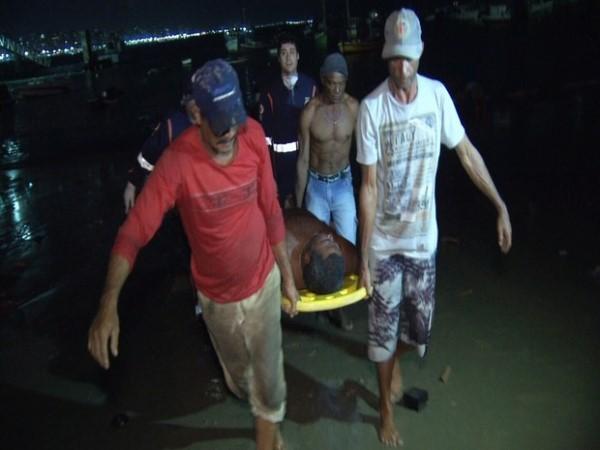 Nilton leva um dos pescadores que resgatou no mar (Foto: TV Diario/Reprodução)