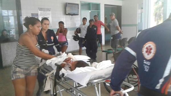 Criança sofre descarga elétrica após choque de caminhão em poste de eletricidade