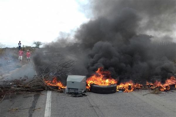 Moradores de Riachuelo bloquearam trecho da BR-304 que passa pelo município; falta de água na região teria motivado o protesto.