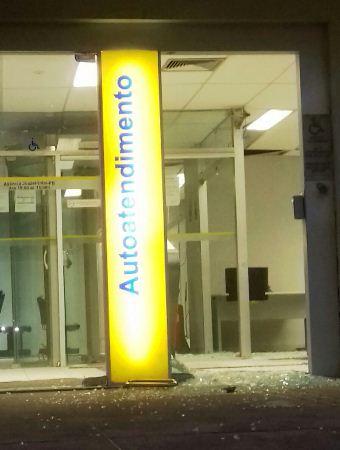 Frente da agência ficou parcialmente destruída com os tiros.