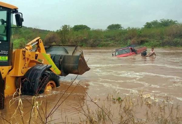 CHUVAS NA PARAÍBA: caminhão quase é arrastado pela correnteza do Rio Taperoá