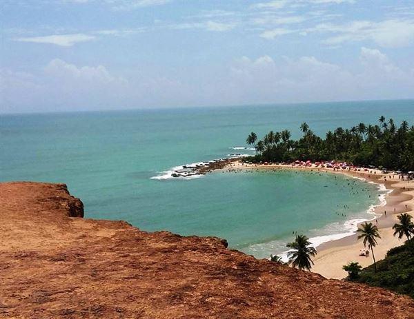 Turista despenca de barreira de 10 metros durante passeio em praia do Litoral Sul da Paraíba