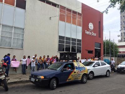 Os servidores se dirigiram até a sede da prefeitura, onde exibiram cartazes e gritaram palavras de ordem. (Foto: O Paralelo).