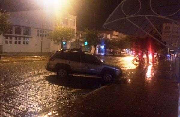 CURRAIS NOVOS: Noite de quinta com chuva na Princesa do Seridó