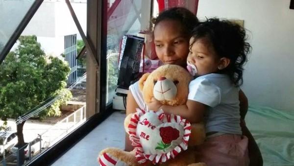 Criança de um ano cai de 3º andar de prédio e sobrevive