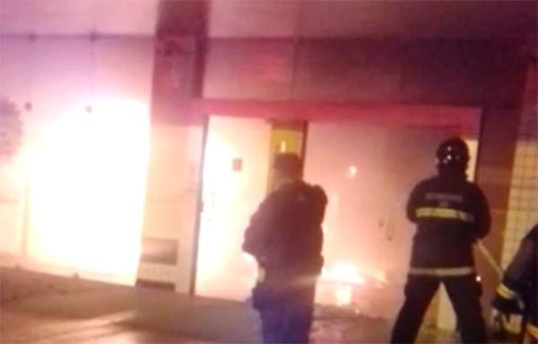 Banco pega fogo após explosão a caixas eletrônicos em Natal