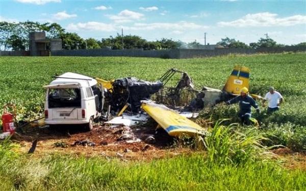 Avião cai sobre Kombi e deixa cinco mortos