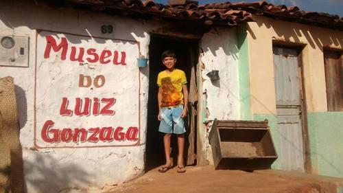 Pedro Lucas no museu que criou para homenagear o ídolo.