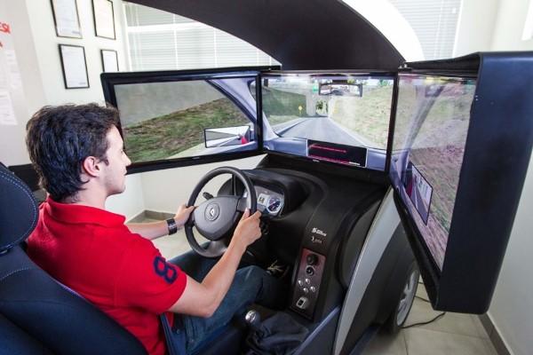 Aulas em simulador de direção nas autoescolas passam a ser obrigatórias este ano
